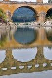 Aquädukt, der Fluss und Holz Stockfotografie