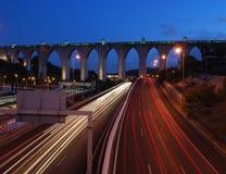 Aquädukt des freien Wassers in Lissabon (Autobewegung) Lizenzfreie Stockbilder