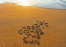 Aquí viene el sol, escena de la playa del verano fotos de archivo libres de regalías