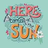 Aquí viene la bandera de la tipografía del sol con las mariposas, las flores y los remolinos libre illustration