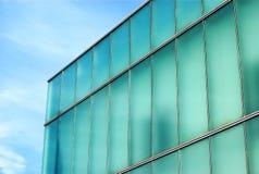 Aqua οικοδόμησης γυαλιού και μπλε, γωνία προοπτικής θέσεων γραφείων Στοκ Εικόνα