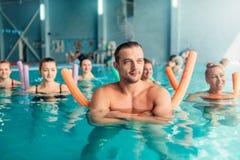 Aqua aerobików traninig, kobiety grupuje, męski trener Obraz Royalty Free