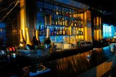 AQUA Bar sous le coucher du soleil image libre de droits