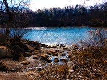 Aqua Blue Water Sparkling At el Riverbank foto de archivo