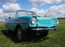 Aqua Car Parked In ein grasartiges Feld Lizenzfreie Stockbilder