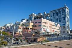 Aqua City Odaiba e costruzione di Fuji TV a OdTokyo, Giappone fotografia stock