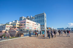 Aqua City Odaiba und Fuji Fernsehgebäude Stockbilder