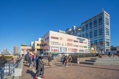 Aqua City Odaiba und Fuji Fernsehgebäude Stockfotografie