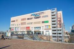 Aqua City Odaiba und Fuji Fernsehgebäude bei OdTokyo, Japan Stockfotos