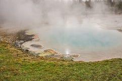 Aqua Colored Pool in Yellowstone Stock Afbeelding