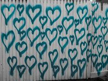Aqua Hearts On una chiusura bianca fotografia stock libera da diritti