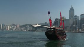 Aqua Luna Boat in Hong Kong, China. The Aqua Luna, known in Cantonese as the Cheung Po Tsai, is a Chinese Junk operating in Victoria Harbour, Hong Kong stock video