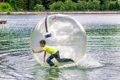Aqua que zorbing na água fotografia de stock royalty free