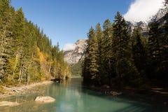 Aqua River Under Giant Mountains fotografia stock libera da diritti