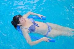 Aqua Yoga para um grávido imagens de stock royalty free