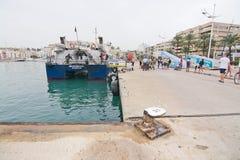 Aquabus arrive dans le port Photo stock