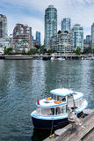 Aquabus i den False Creek marina, Vancouver Royaltyfri Foto