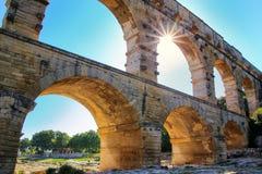 Aquaduct Pont du Gard met zonnestraal, zuidelijk Frankrijk royalty-vrije stock foto's