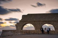 Aquaeductus romano de la edad en Caesarea en puesta del sol Fotos de archivo libres de regalías