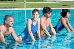 Aquafahrrad in einem Swimmingpool Lizenzfreie Stockfotos
