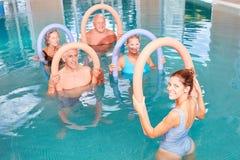 Aquafitness-Seniorgruppe im Pool Stockbild