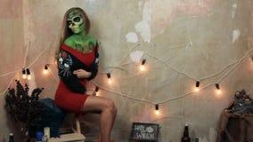 Aquagrim stellen Kunst auf den furchtsamen bezaubernden skeleton Bergkristallen des Halloween-Quastengrüns gegenüber Mexikanische stock video