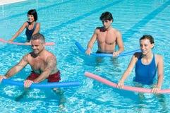 Aquagym Übung mit Gefäß Stockfotos
