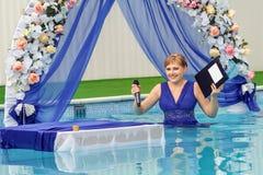Aquahochzeit - Hochzeitszeremonie im Wasser auf blauem Kleid lizenzfreie stockfotografie