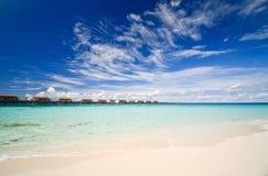 Aqualandhäuser und blauer Ozean Lizenzfreies Stockfoto