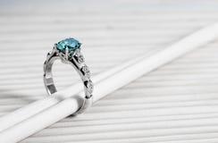 Aquamarijnverlovingsring stock foto