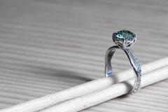 Aquamarijnverlovingsring royalty-vrije stock afbeelding