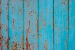 Aquamarine Farbe des alten Metallzauns mit Spuren des Rosts stockfotos