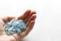 Aquamariner Stein liegt in der Hand Naturstein-Aquamarin auf einem wei?en Hintergrund Weibliche Hand kopieren Sie Platz f?r Ihren lizenzfreies stockbild