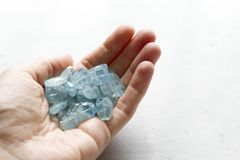 Aquamariner Stein liegt in der Hand Naturstein-Aquamarin auf einem wei?en Hintergrund Weibliche Hand kopieren Sie Platz f?r Ihren lizenzfreie stockfotos