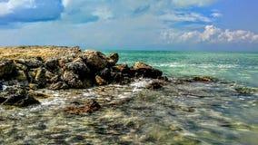 Aquaoceaan met kristalwater en rotsen stock foto
