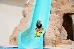 aquapark儿童幻灯片水 使布赖顿椅子日甲板英国节假日懒人海边有风夏天的星期日靠岸 免版税图库摄影
