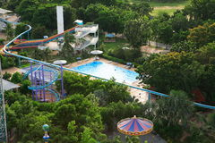 Aquapark在亚洲 游泳池、太阳懒人在庭院旁边和单轨铁路车 免版税图库摄影
