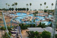 Aquapark在亚洲 游泳池、太阳懒人在庭院旁边和大厦 免版税库存图片