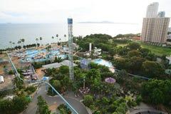 Aquapark在泰国 游泳池、太阳懒人在庭院旁边和大厦 图库摄影