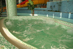 Aquapark με το μπλε νερό Στοκ εικόνα με δικαίωμα ελεύθερης χρήσης
