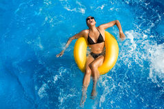 Aquapark. Ομορφιά Brunette. Διασκέδαση στη λίμνη Στοκ Φωτογραφίες