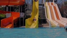 Aquapark Человек едет водные горки видеоматериал