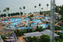 Aquapark 游泳池、太阳懒人在庭院旁边和大厦 库存图片