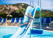Μικρό κορίτσι στη φωτογραφική διαφάνεια νερού στο aquapark στο καλοκαίρι Στοκ Εικόνες