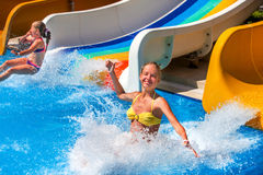 Δύο παιδιά στο νερό γλιστρούν στο aquapark Στοκ φωτογραφία με δικαίωμα ελεύθερης χρήσης