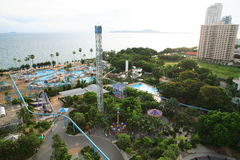 Aquapark em Tailândia Piscina, vadios do sol ao lado do jardim e construções fotografia de stock