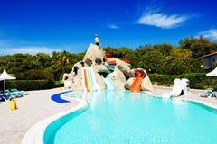Aquapark mit Wasserrutschen im Luxushotel stockfoto