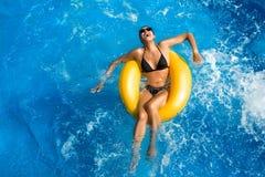 Aquapark. Morenita de la belleza. Diversión en la piscina Fotos de archivo