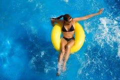 Aquapark. Morenita hermosa en Waterpark Fotografía de archivo libre de regalías
