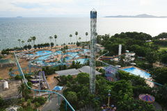 Aquapark, pływacki basen, słońc loungers obok ogródu i budynki, Zdjęcia Stock
